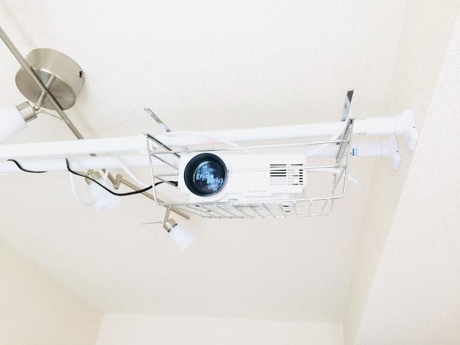 天井に設置したプロジェクター