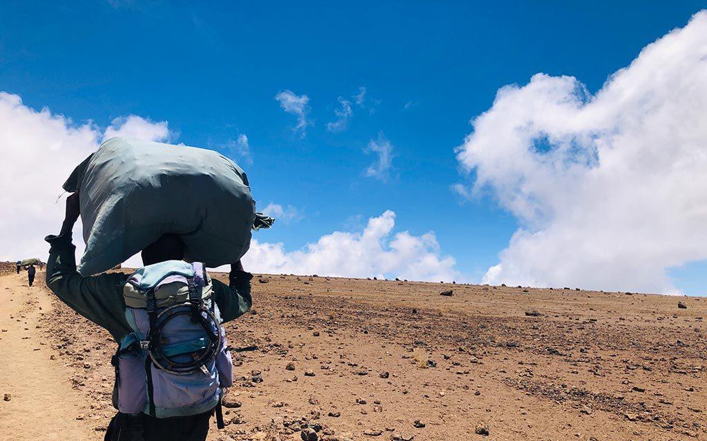 キリマンジャロで荷物を持つポーター